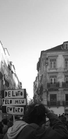 Los manifestantes llegando a la plaza 8 de mayo, final del recorrido de la manifestación. 26_10_13