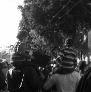 Niños sosteniendo un cartel de protesta a lomo de sus padres en la manifestación en contra de la medida de la TROIKA. El cartel que sostenían rezaba 'El pueblo decide. Dimisión' 26_10_13